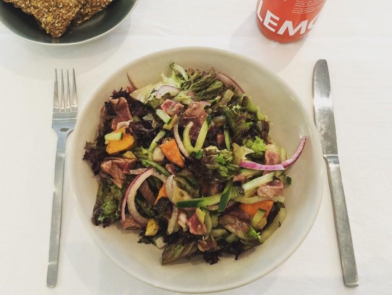 Lumberjack: romeinse sla, rode krulsla,rundsvlees, rode ui,gemarineerde komkommer, geroosterde zoete aardappel & venkel + hazelnoot-mosterd dressing